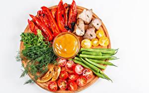 Фотография Овощи Томаты Укроп Перец Шашлык Белом фоне Разделочной доске Еда