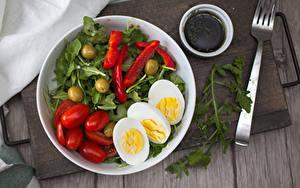 Фотографии Овощи Помидоры Оливки Доски Тарелка Вилки Яйцо Пища
