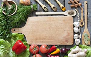 Картинка Овощи Томаты Перец Укроп Чеснок Специи Доски Разделочная доска Еда