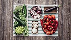 Фотография Овощи Помидоры Перец Лук репчатый Чеснок Доски Продукты питания