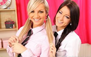 Обои Vendula Bednarova Melisa Mendiny Две Блондинки Брюнетки Смотрит Улыбка Косички Рука Галстуком Рубашке девушка