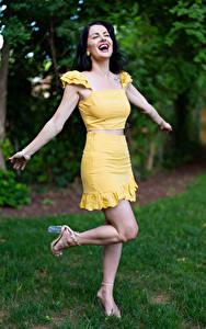Фотография Victoria Bell Брюнетка Позирует Руки Радостный Девушки