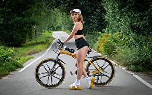 Обои Victoria Borodinova Блондинка Велосипеды Ноги Шорты Кепка Смотрит