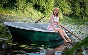 Обои Victoria Borodinova Лодки Блондинка Сидя Платье Ноги молодые женщины