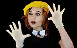 Картинки Рука Перчатках Бантики Берет Рыжие Мейкап Клоуна На черном фоне Victoria Borodinova, Mime artist девушка