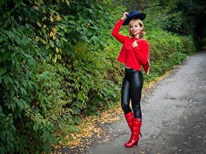 Фотография Victoria Borodinova Кустов Блондинок Позирует Шляпе Сапогах девушка