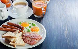 Картинка Сосиска Хлеб Кофе Сок Бекон Завтрак Тарелке Яичница Чашка Продукты питания