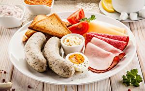 Фотографии Сосиска Хлеб Колбаса Тарелка Нарезанные продукты Яйца Завтрак Продукты питания