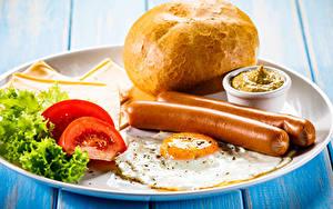 Фото Сосиска Хлеб Томаты Овощи Тарелка Завтрак Яичница Еда