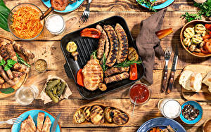 Картинка Сосиска Мясные продукты Огурцы Ножик Напитки Доски Кетчупа Вилка столовая Стакан Еда