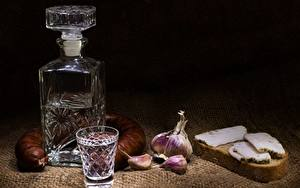 Фото Водка Колбаса Чеснок Хлеб Бутылка Рюмка Сало