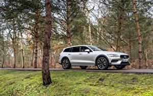 Обои Вольво Серебристая Металлик Универсал Volvo V90 B4 Cross Country, 2020 -- авто