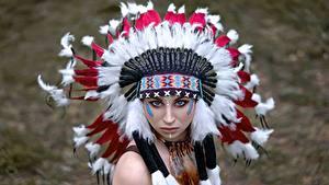 Фото Индейский головной убор Индейца Смотрят Vyacheslav Turcan молодая женщина