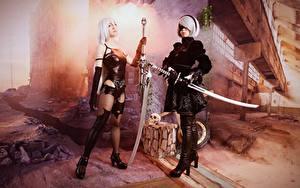 Обои Воители Косплей Вдвоем Мечи Блондинка Nier: Automata, Japanese молодые женщины Игры