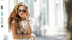 Фото Наручные часы Размытый фон Рука Очков Волосы молодые женщины