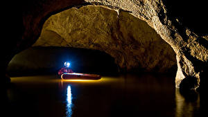 Картинка Вода Мужчины Пещера Лучи света Природа