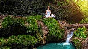 Картинки Водопады Поза лотоса Мох Йога Ручей Природа Девушки