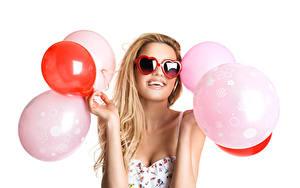 Картинки Белый фон Блондинки Очках Счастливые Воздушный шарик Руки Сердце