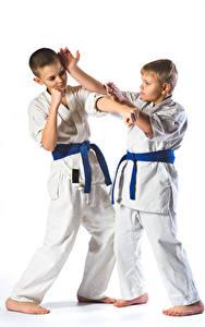 Обои Белый фон Мальчики Вдвоем Униформа Физические упражнения Дети