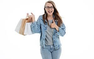 Обои Белый фон Шатенка Очки Рука Куртка Бумажный пакет Счастье Покупать Джинсы молодые женщины