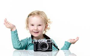 Обои Белый фон Девочка Фотокамера Рука Смотрят Поза Счастье Дети