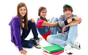 Фотография Белом фоне Трое 3 Мальчишка Девочки Улыбается Книга Сидит Дети