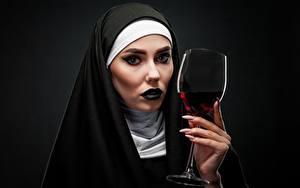 Фотография Вино Черный фон Смотрит Мейкап Рука Маникюр Бокалы Монах молодая женщина