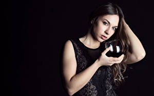 Фотография Вино Черный фон Бокалы Позирует Рука Смотрит молодые женщины