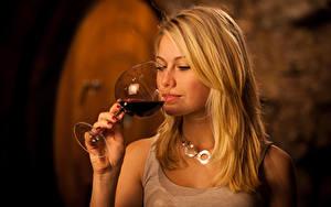 Картинка Вино Блондинка Бокалы