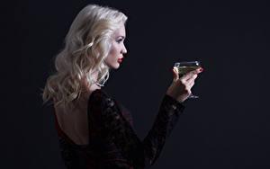 Обои Вино Блондинок Бокалы Рука Спина На черном фоне девушка
