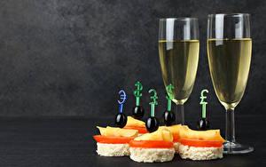 Обои для рабочего стола Вино Бутерброды Оливки Сыры Бокал Продукты питания