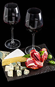 Картинка Вино Сыры Мясные продукты Черный фон Двое Бокалы Пища