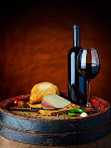 Фотография Вино Сыры Овощи Бочка Цветной фон Бутылка Бокалы