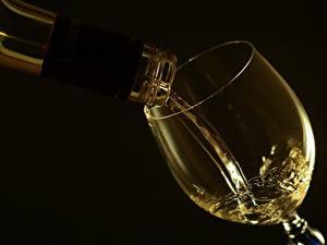 Обои Вино Вблизи Бокалы На черном фоне Продукты питания