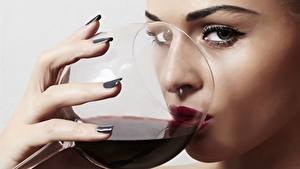 Фото Вино Пальцы Бокал Взгляд Мейкап Пить девушка