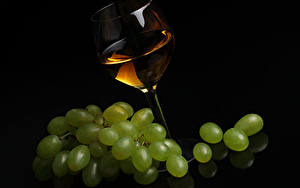 Картинка Вино Виноград Черный фон Бокалы