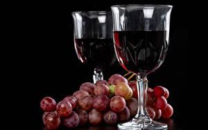 Картинка Вино Виноград Черный фон Бокалы Двое Пища