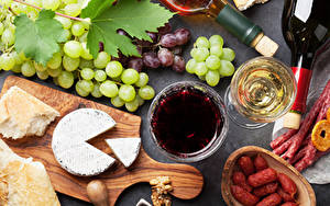 Фотографии Вино Виноград Сыры Колбаса Хлеб Бокалы Разделочной доске Еда