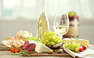 Обои для рабочего стола Вино Виноград Сыры Колбаса Томаты Оливки Бокал Еда