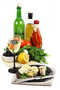 Фото Вино Лимоны Белый фон Бутылка Бокалы Тарелка Пища