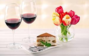 Картинки Вино Пирожное Тюльпан Бокал Кусок Вазы Пища Цветы