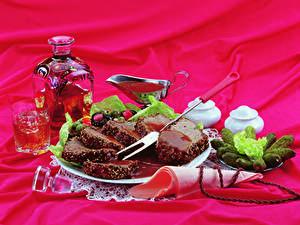 Картинки Вино Мясные продукты Огурцы Бутылки Стакана Тарелке Нарезанные продукты