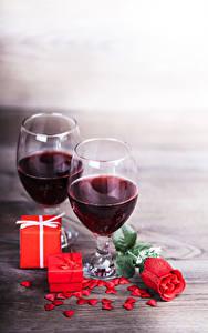 Фотографии Вино Розы Бокалы 2 Подарки Сердечко Красный Пища