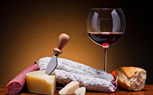 Обои Вино Колбаса Сыры Хлеб Ножик Цветной фон Бокалы