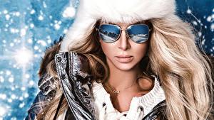 Картинки Зима Блондинка Очки Модель Отражается Девушки
