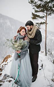 Картинки Зима Букеты Любовь Два Невеста Жених Снег Объятие Девушки