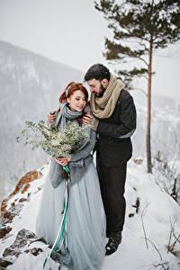 Картинки Зима Букеты Любовь Вдвоем Невеста Жених Снег Объятие Девушки