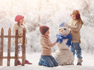 Фото Зимние Мальчишка Девочка Три Снеговика Шарфом Снега Шапки Дети