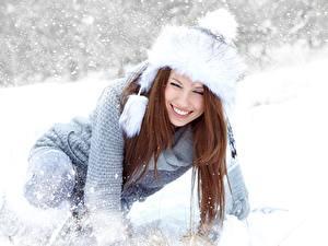 Картинки Зима Izabela Magier Снега Шапки Свитер Шатенка Улыбка Девушки
