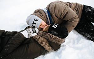 Картинка Зимние Любовь Мужчины Любовники 2 Поцелуй Шапки Снег Девушки